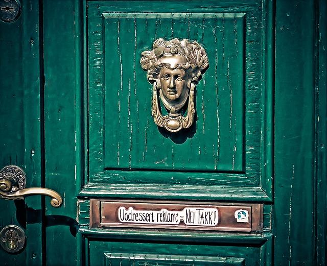 kování na dveřích