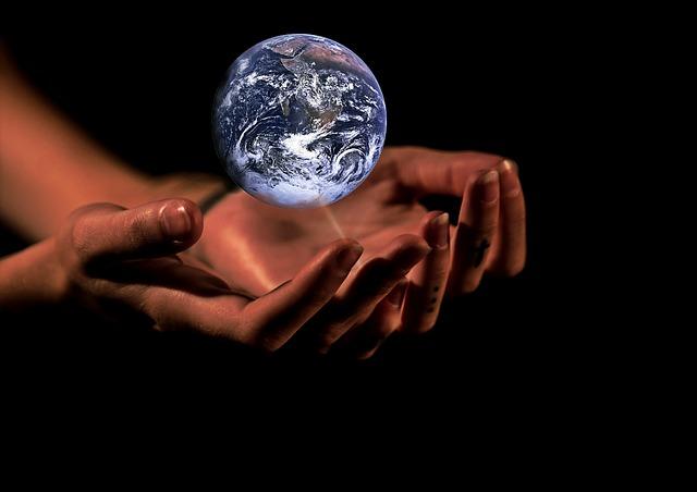 zeměkoule nad dlaněmi