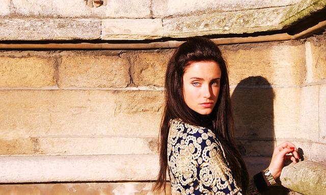 bruneta u zdi
