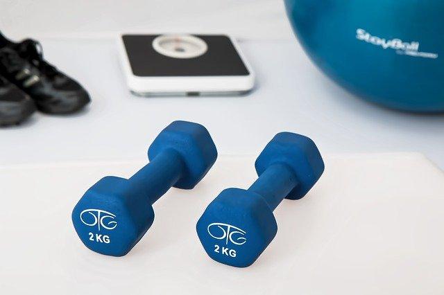 Fitness, činky, boty, cvičení.
