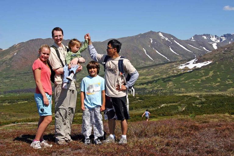 tatínek se čtyřmi dětmi v horách.jpg