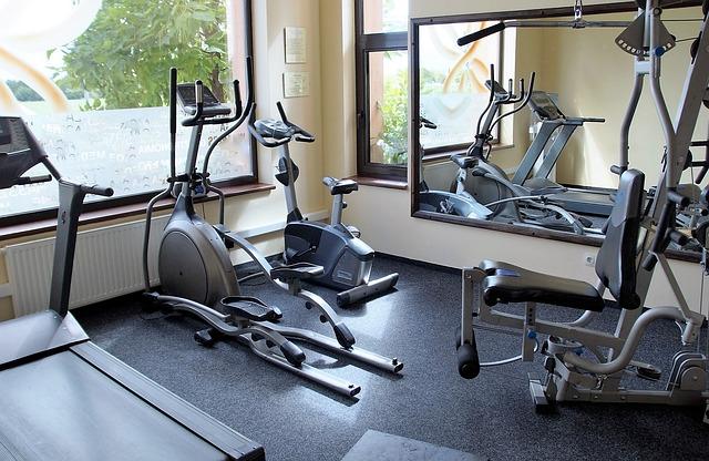 stroje na cvičení ve fitness studiu